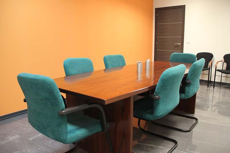 Foto del interior de la Asesoría BFR en Leganés, con mesa de reunión para los asesores.